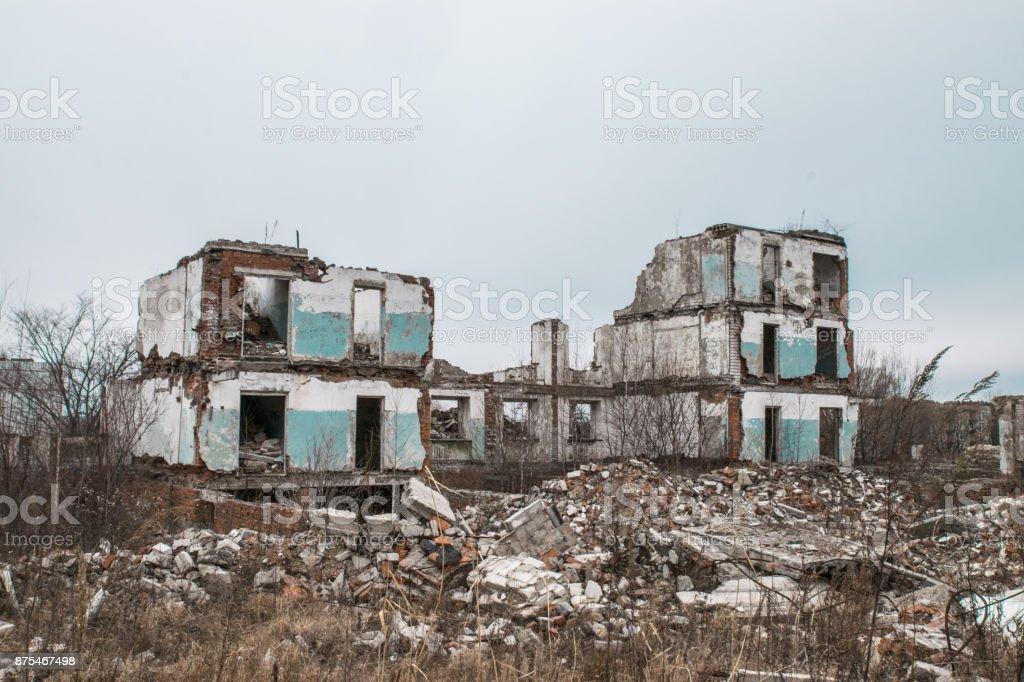 Ancien détruit un multi-étages abandonnés dans une ville militaire - Photo