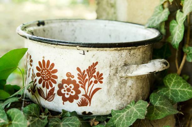 alte dreckige verlassene pot im freien in der natur. nahaufnahme von vintage topf. - bemalte tontöpfe stock-fotos und bilder