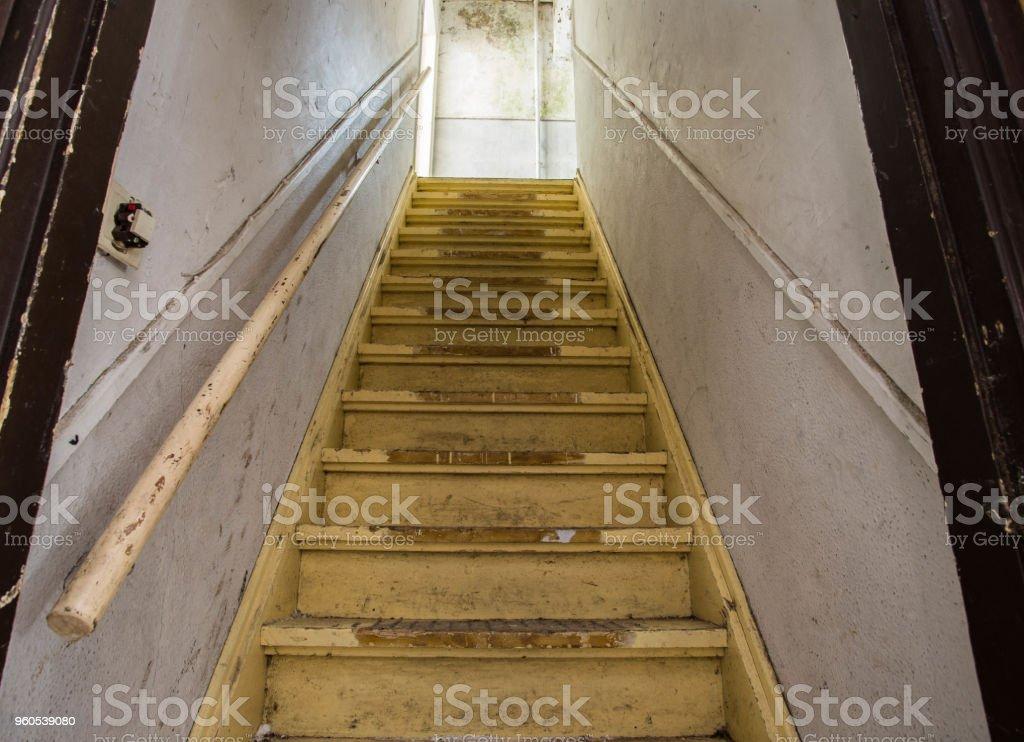 Schmutzige verlassene beschädigt Holztreppe in die Mansarde. Eingang zum Dachboden. – Foto