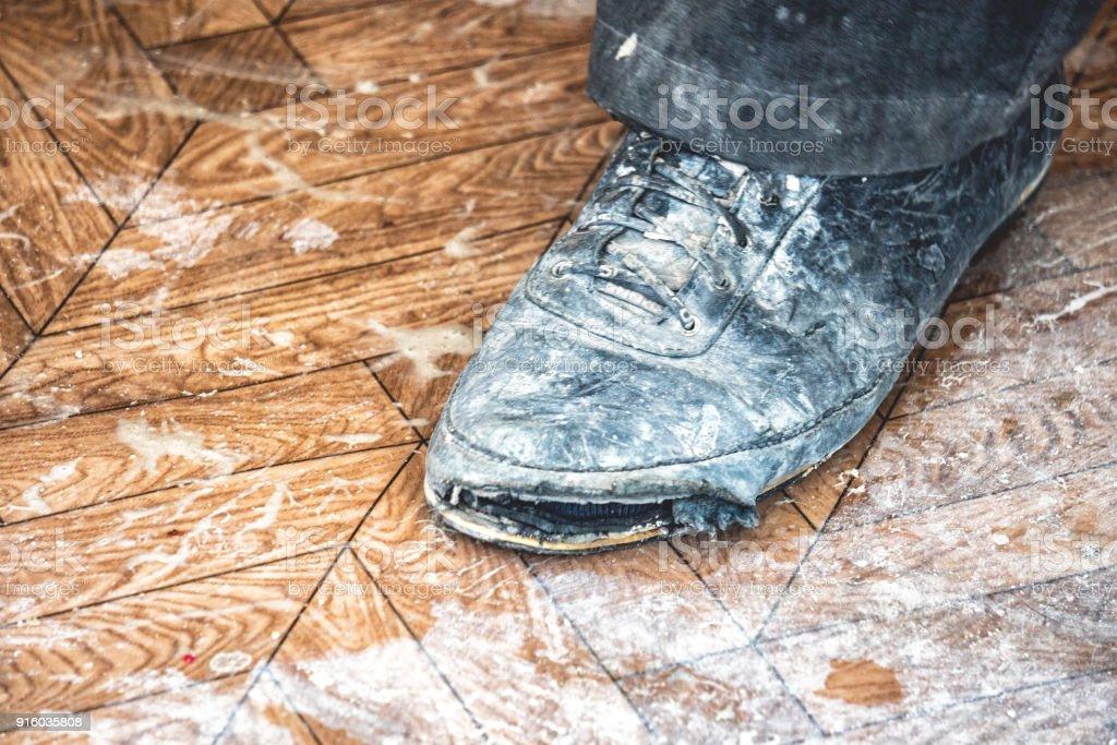 fd17df2c Zapatos Rotos Sucios Viejos Foto de stock y más banco de imágenes de ...