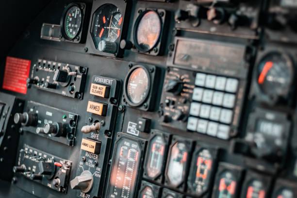 오래 된 해산 된 공기 전투기 조종석, 고 모든 기술적인 악기의 ups를 닫습니다. atimeter, 위도, 기압계, 온도, 속도 압력 지표. - 조종석 뉴스 사진 이미지
