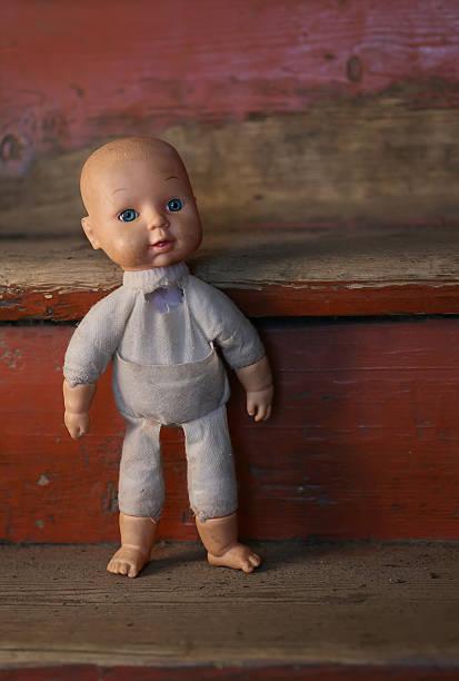 de muñeca. concepto: abandonado persona. primer plano de un viejo roto - muñeca bisque fotografías e imágenes de stock