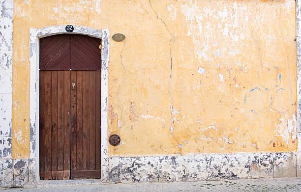 Alte Tür in einem alten Mauer. – Foto