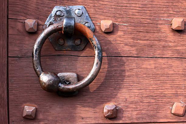 old türklopfer auf einer hölzernen gate - beschläge türen stock-fotos und bilder