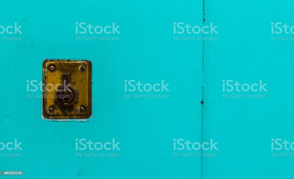 velho fechamento de porta, porta de madeira envelhecida, segurança home - Foto de stock de Aberto royalty-free