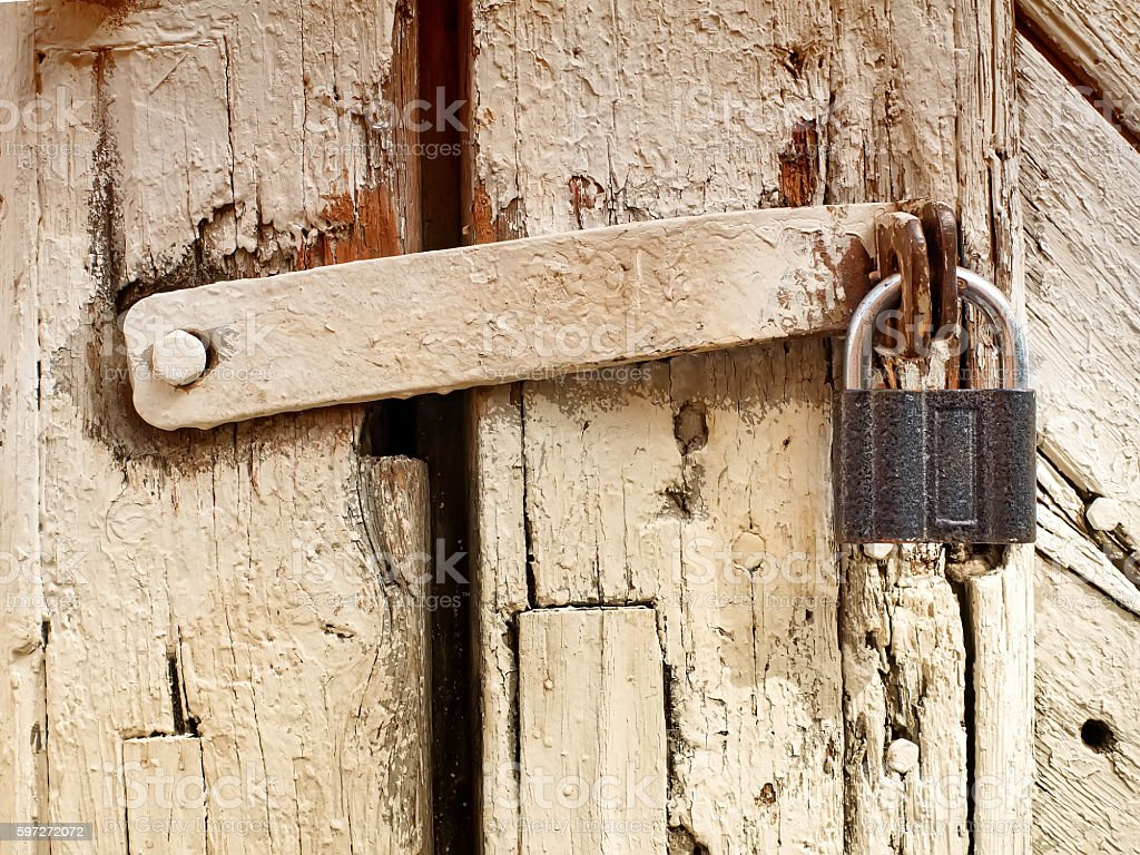 Vieille porte avec cadenas  photo libre de droits