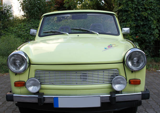 oude oost-duitse auto omgezet in een cabriolet - oost duitsland stockfoto's en -beelden