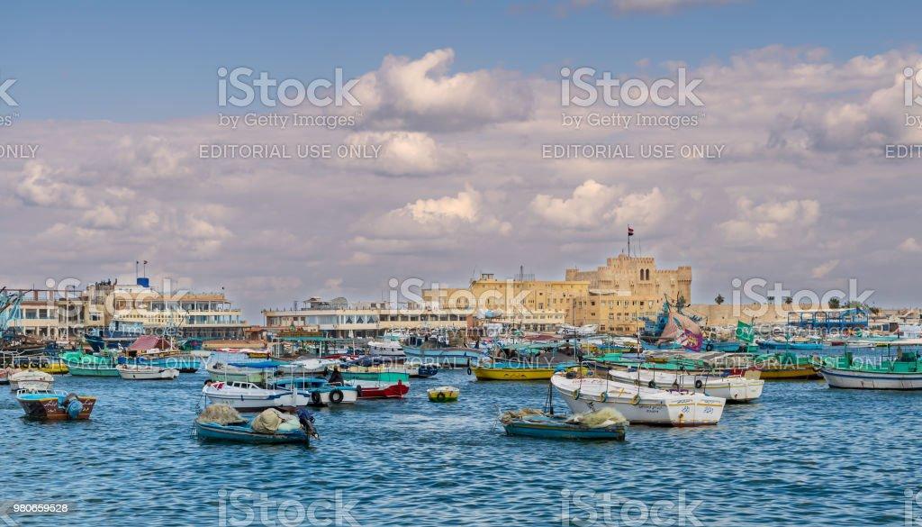 Cidade velha do porto de Alexandria leste com barcos de pesca em primeiro plano e a cidadela de Qaitbay, no fundo, Egito - foto de acervo
