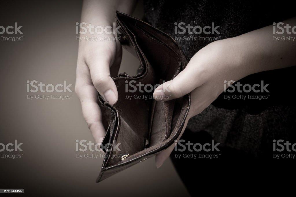 Antiga carteira vazia nas mãos das mulheres. Conceito de pobreza. - foto de acervo