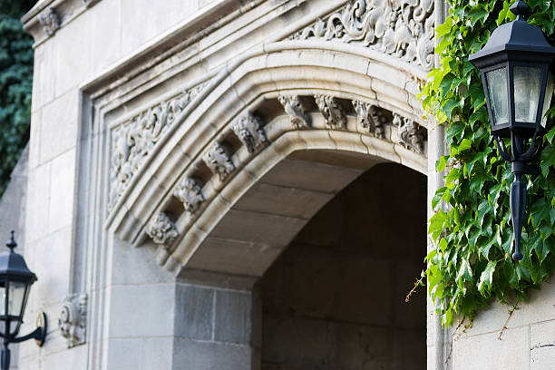 detalhes de design de entrada - ivy building imagens e fotografias de stock