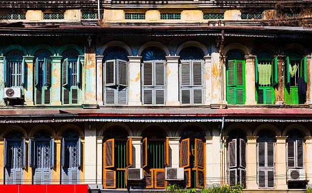 starym stylu europejskim, okna w yangon, myanmar - burma home do zdjęcia i obrazy z banku zdjęć