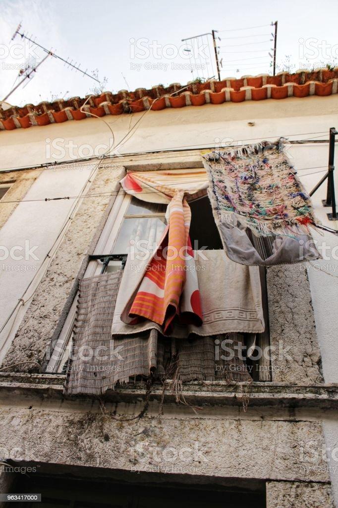 Stara fasada typowego domu w Lizbonie - Zbiór zdjęć royalty-free (Architektura)