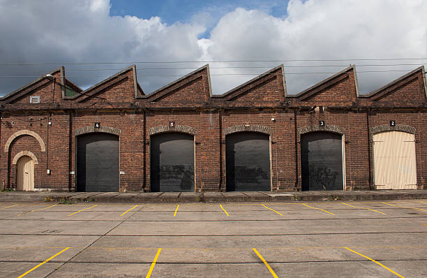 old factory building facade - industriegebied stockfoto's en -beelden