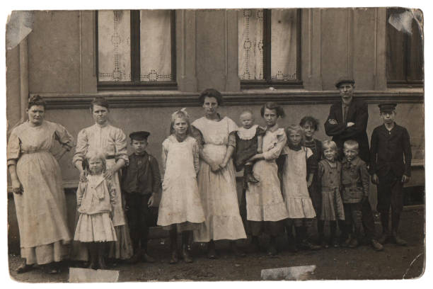 Old family photo, parents with eleven children - foto stock