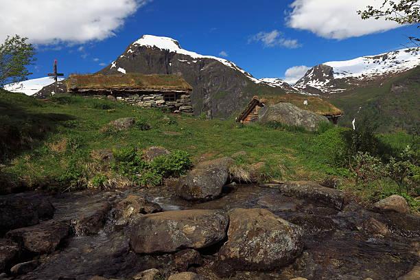 old farm in norwegen mountains-geiranger, norwegen - hobbit häuser stock-fotos und bilder