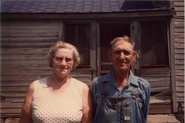 old farmer und seiner frau retro - gothic bilder stock-fotos und bilder