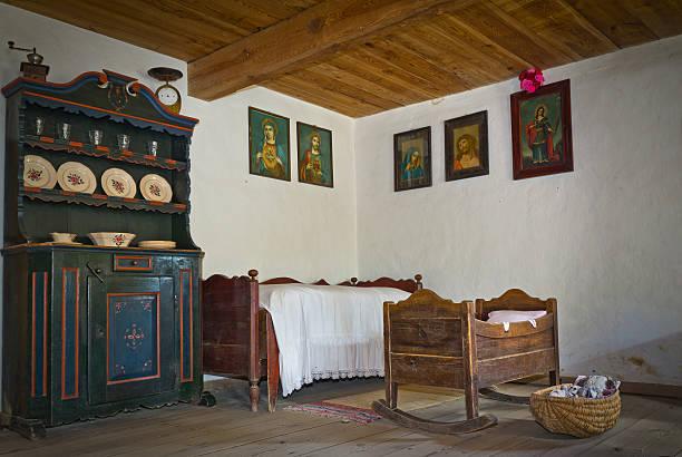 old bauernhaus schlafzimmer - bauernhaus bett stock-fotos und bilder