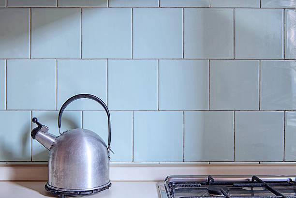 old fashioned boiler vor einem hellen blau gefliesten wand - hellblaues zimmer stock-fotos und bilder