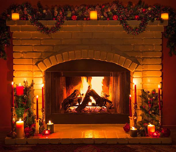 Zobacz w iStock zdjęcia oraz obrazy objęte licencją typu royalty-free na temat: Fireplace Christmas. Znajdź wysokiej jakości zdjęcia