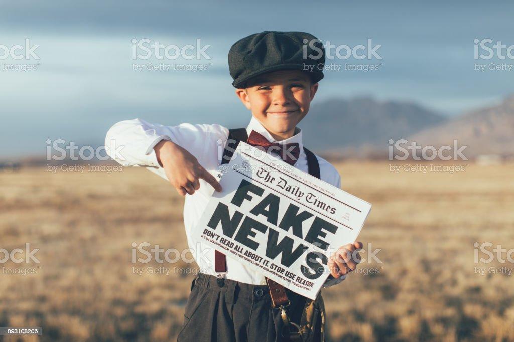 Old Fashioned News Boy Holding gefälschte Zeitung – Foto