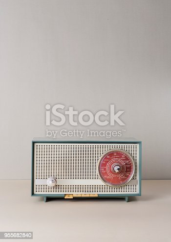 istock Old fashioned radio in green background 955682840