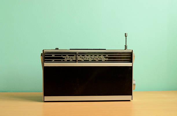 old fashioned transistor radio - radio kultur stock-fotos und bilder
