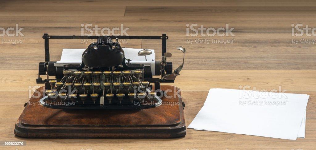 Ouderwets vintage draagbare schrijfmachine op houten bureau - Royalty-free Achtergrond - Thema Stockfoto