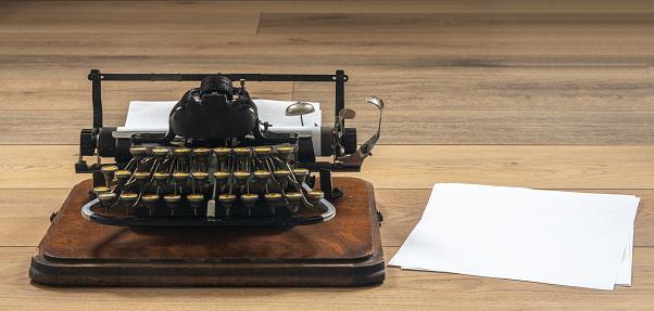 Ouderwets Vintage Draagbare Schrijfmachine Op Houten Bureau Stockfoto en meer beelden van Achtergrond - Thema