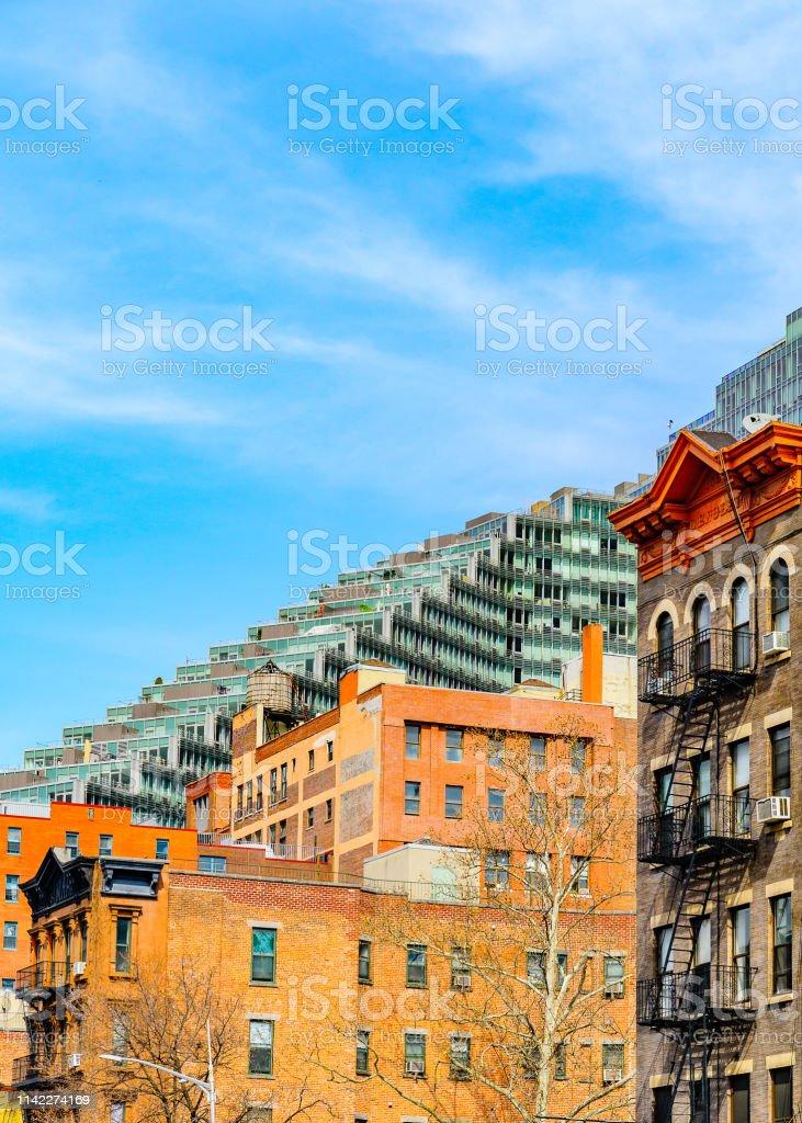 Antiquado com escada do escape de incêndio na fachada de bulding e no edifício de apartamento moderno em Manhattan, New York City. - foto de acervo