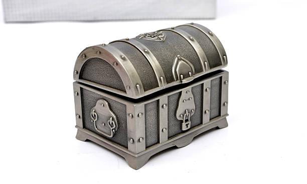 alte fassioned treasure box, isoliert auf weiss - piratenzimmer themen stock-fotos und bilder