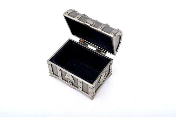 alte fassioned treasure box öffnen, isoliert auf weiss - piratenzimmer themen stock-fotos und bilder