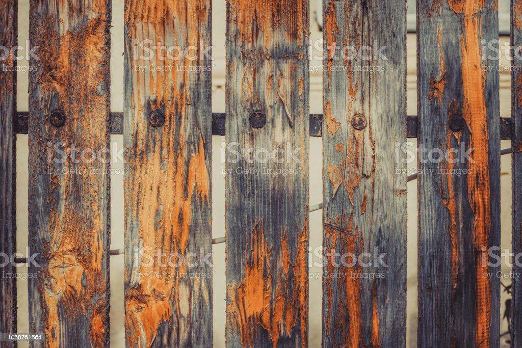 Cerca velha com a tinta laranja descascada-fora - foto de acervo