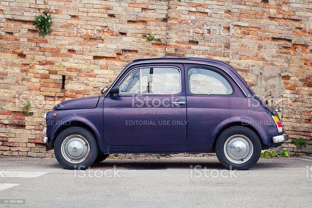 Vecchia Fiat 500 città Nuova auto, vista laterale - foto stock