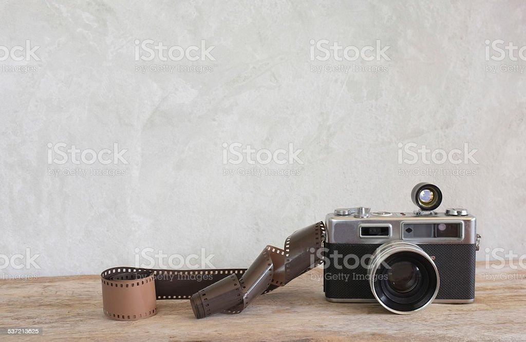 Vieux film caméra et un rouleau de film sur bois - Photo