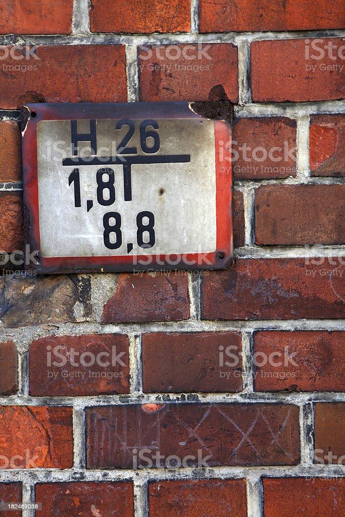 Old fuego placa en la pared de ladrillo foto de stock libre de derechos