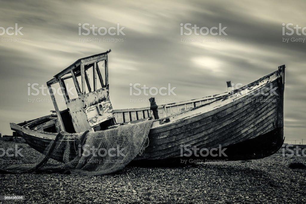 조약돌 해변 머드 근처에 오래 된 피셔 보트 - 로열티 프리 0명 스톡 사진