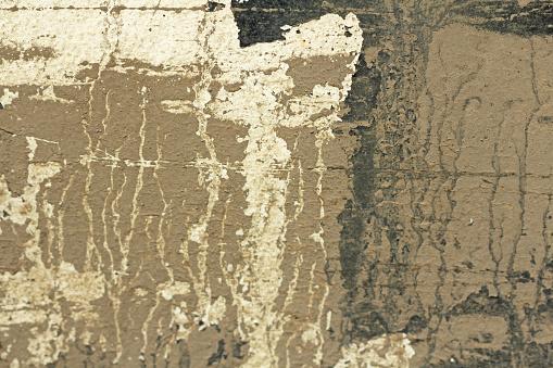 Oude Schilferige Verf Peeling Uit Een Grungy Gebarsten Muur Scheuren Van De Oude Verf En Gips Op Achtergrond Van Oude Cement Muur Wit Grijs En Beige Vlekken Van Verf Een Oude Stenen Muur Van De Cement Als Vintage Gekraakt Stockfoto en meer beelden van Abstract