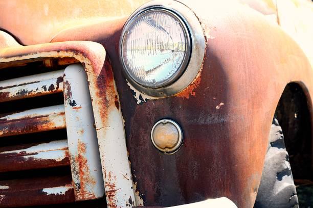 alte vergessene gmc lkw - alte wagen stock-fotos und bilder