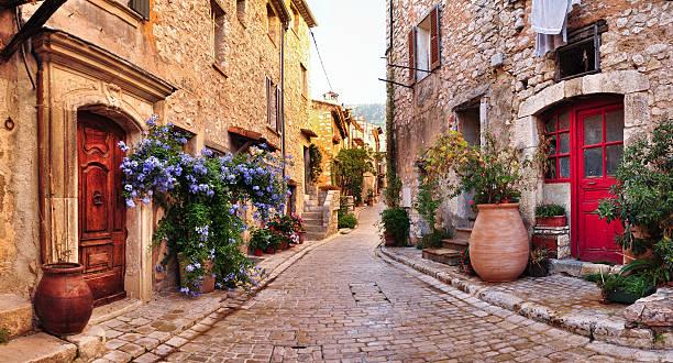 stary francuski wsi domy i, brukowanej uliczne - francja zdjęcia i obrazy z banku zdjęć