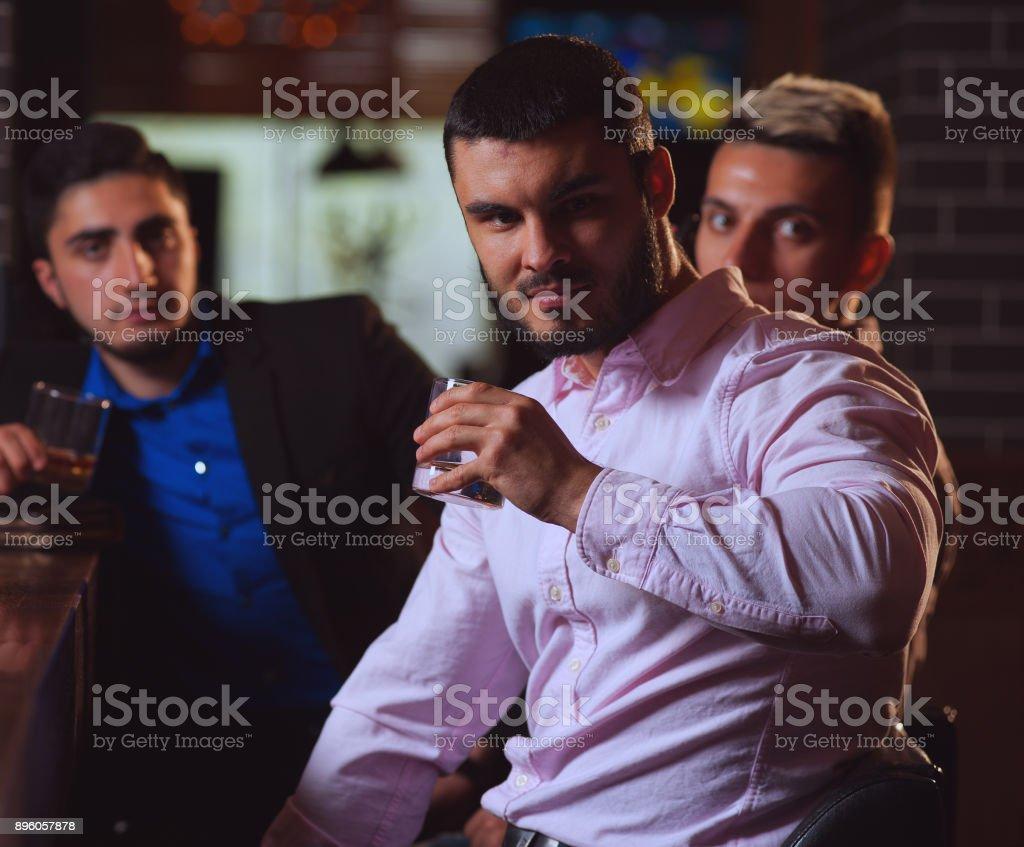 Vieux amis rencontrés au bar - Photo