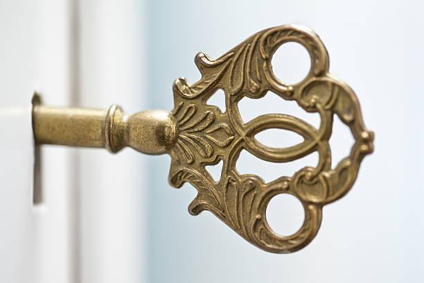 old furniture lock, decorated gold colored key - schlüssel dekorationen stock-fotos und bilder