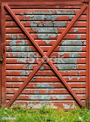 istock Old garage door 478594040