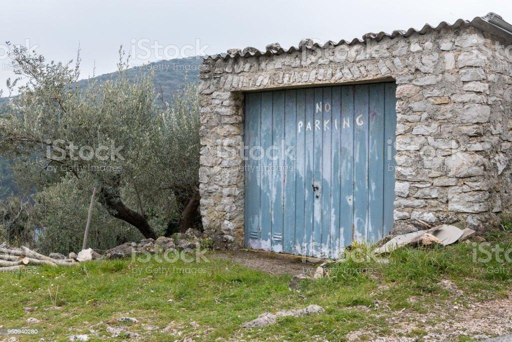 Velha garagem de pedra No Parking - foto de acervo