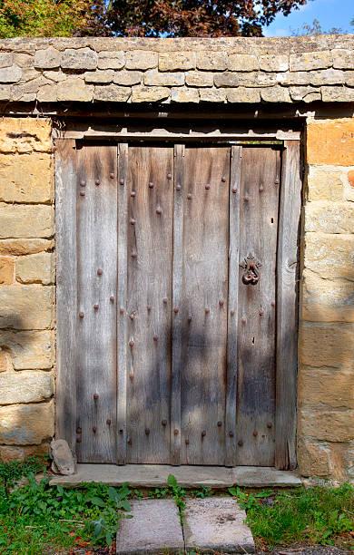alte garten gate - steine für gartenmauer stock-fotos und bilder