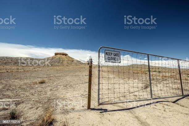 Old Gate In Moab Valley Landscape - Fotografias de stock e mais imagens de Ambiente dramático