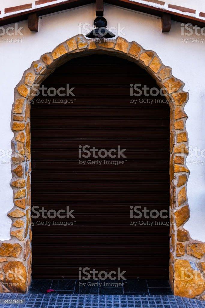 Antigo portão com cortinas e textura interessante, elemento da arquitetura, interessante a entrada do prédio - Foto de stock de Antigo royalty-free