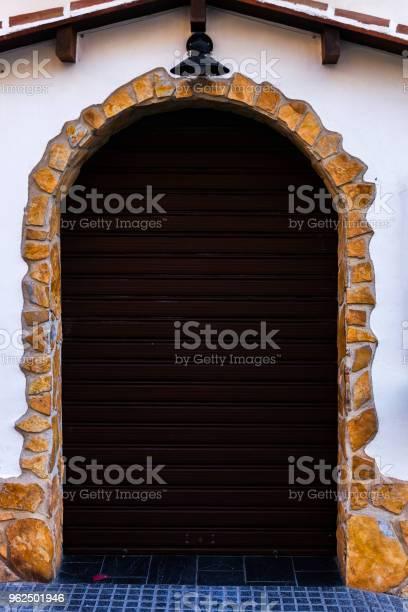 Foto de Antigo Portão Com Cortinas E Textura Interessante Elemento Da Arquitetura Interessante A Entrada Do Prédio e mais fotos de stock de Antigo