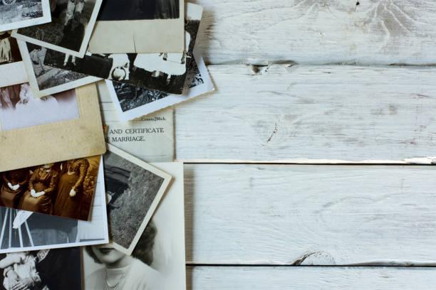 舊家譜家族史照片和檔在白色木材 - 族譜 個照片及圖片檔