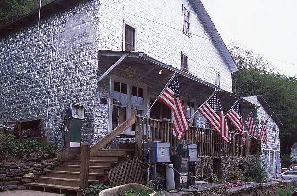 der old general store eingerichtete uns flags in boone, north carolina - vorbau dekor stock-fotos und bilder