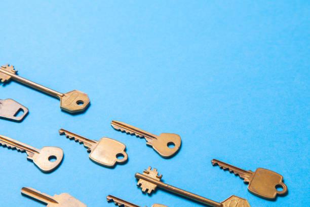 altes gold oder kupfer schlüssel auf blauem grund. platz für text kopieren - schlüssel dekorationen stock-fotos und bilder
